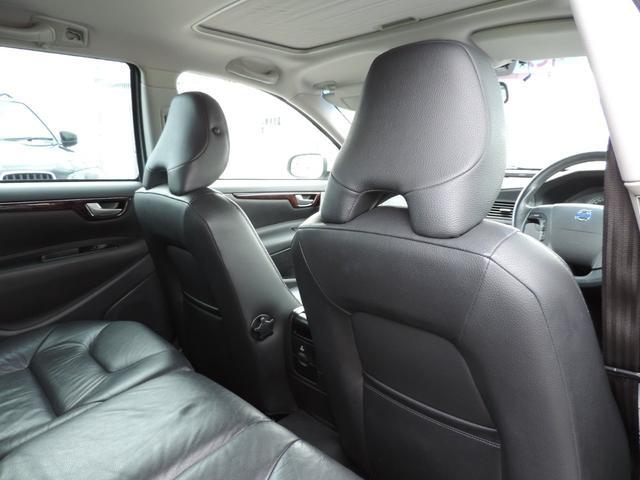 後部座席はゆったりと座れるスペースがございます。