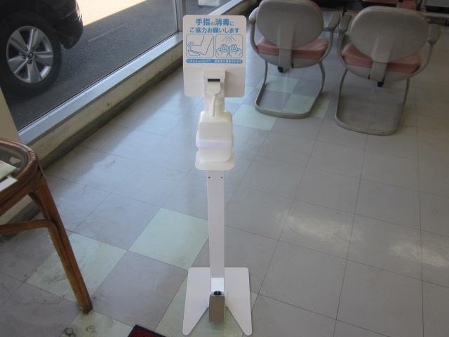 店内入口には足踏みスタンドによる手、指の消毒 噴射スプレーを設置しております。