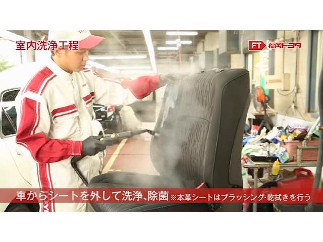 外したシートは、スチームで表面の汚れを浮かせ、同時に高温スチームで除菌も行います。スチームにより分解された汚れや洗剤を洗浄機ですすぎバキュームで除去します。