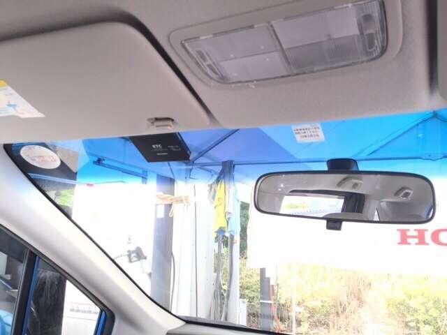 ご覧のように、視界が広く運転しやすいように設計されています。また、フルオートエアコンで快適です。