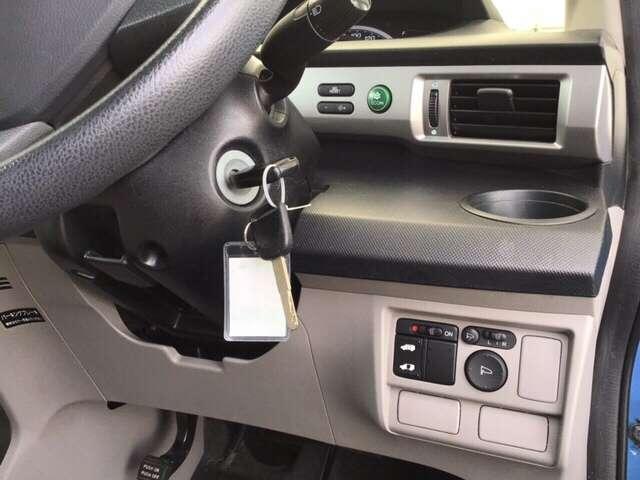 便利なパワースライドドアや、燃費を抑えるECON、電動格納式リモコンドアミラーのスイッチは運転席の右側、手の届きやすい位置にあります。
