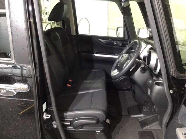フロントは助手席と繋がったベンチシートで、運転席は高さが調整できる、ハイトアジャスター付です。