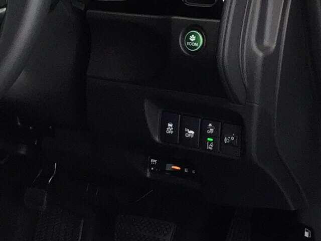 純正のETCが取り付けられています。車線を検知しはみ出しを防ぐ路外逸脱抑制機能、衝突軽減ブレーキのCMBS等のスイッチ類も、運転席の右側にあります。