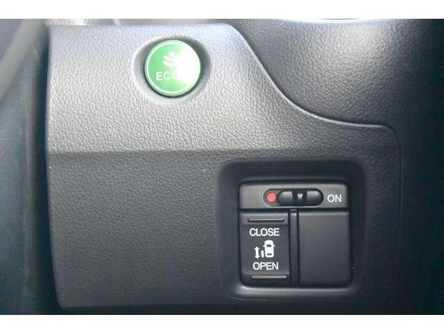 燃費に貢献するECON、パワースライドドアの制御スイッチは運転席の右側、手の届きやすい位置にあります。