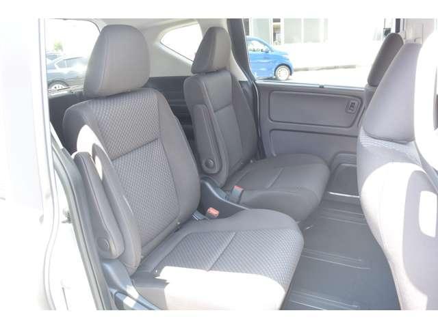 2列目シートはキャプテンシート!両側にアームレストのついた特別席です。リクライニングはもちろんスライドも可能です。