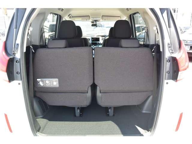 3列目シートもゆったりスペース!家族みんなでのお出かけ、ロングドライブも快適です!また、簡単に座席収納することができますよ!