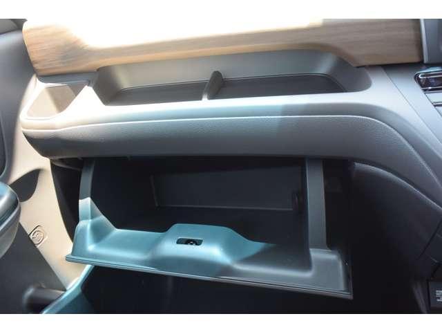 助手席の前にはしっかりとした収納力があるグローブボックスがあります!