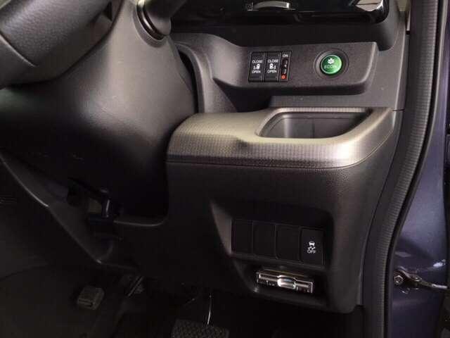 高速で便利なETCがあり、また、電動スライドドア、燃費をよくするECON、横滑りを防ぐVSAなどのスイッチは、運転席の右側、手の届きやすい位置にあります。