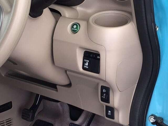 パワースライドドアや、燃費を抑えるECON、横滑りを防ぐVSA等のスイッチ類は、運転席右側にあります。