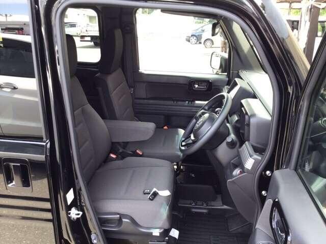自然な姿勢を保ち、体への負担をやわらげる運転席シートです!また、スムーズに乗り降りしやすいシート高なので快適です!