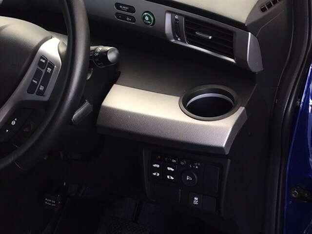 両側パワースライドドアや、燃費を抑えるECON、横滑りを防ぐVSA等のスイッチ類は、運転席右側にあります。