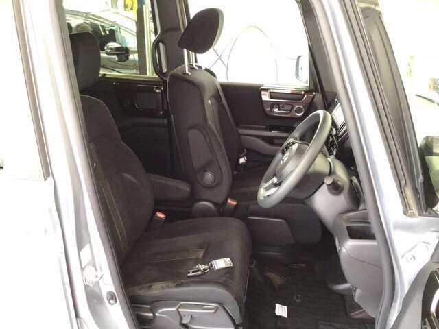 助手席スーパースライドシートです!スライド量57cmなので、前席から後席への移動も可能です!また、どの席からもスライドレバーを引いてラクに操作できます。
