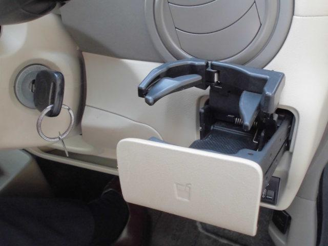 運転席用ドリンクホルダーは、エアコンルーバー前についています。飲み物の温度を最適な状態を保ちます。