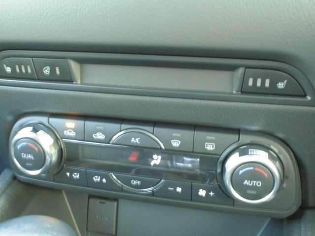 オートエアコンなので温度だけあわせていれば、室内は快適温度に!燃費も向上しますよ