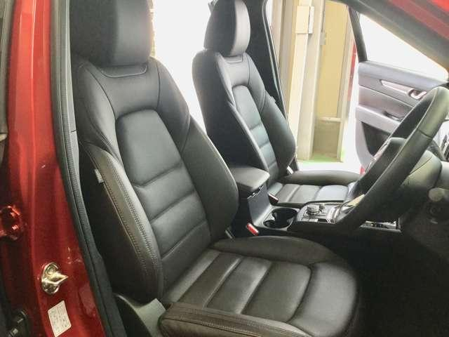 ドライバーを包み込むようにレイアウトされたコックピット!ドライビングポジションを支えるよう、シートの固さもございます!心地よいタイト感を是非座って体感してください☆