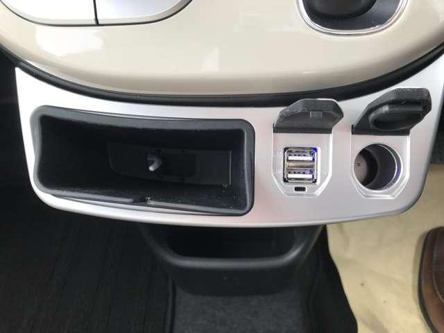 USBジャックと12Vソケット口、スマホなどを置けるポケット付。