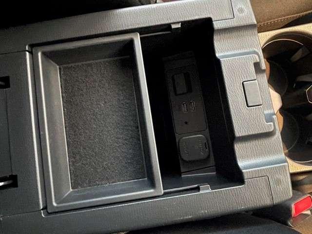 こちらは肘置き下のボックスです。USB挿入口が2つありますので、充電やオーディオなどお使いいただけます。