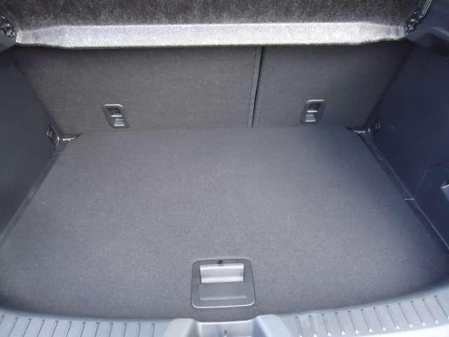 後席シートは倒すことで荷室がとても広くなります!!
