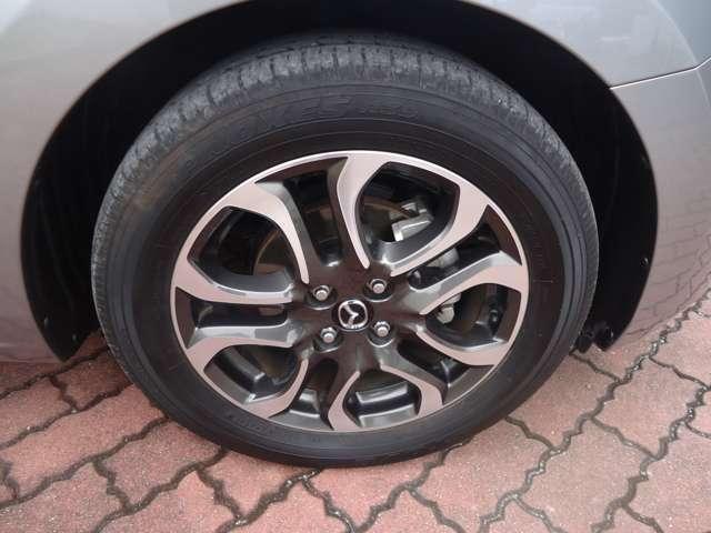 足元が引き締まって見え、また、多少燃費にも影響すると思われる高級感あふれる純正アルミホイルが装備されております!そして、4本のタイヤの溝は各々十分なもので、まだまだいっぱい走行できそうです!