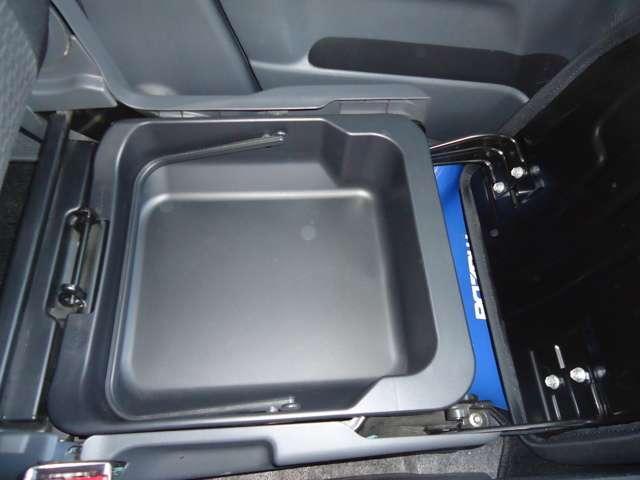 助手席の下には、荷物が入れられる収納カゴ☆あまり周囲の目につかない荷物などはこちらへどうぞ☆
