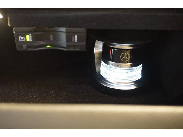 パフュームアトマイザーは、芳香成分を充填させた容器をグローブボックスに置く事により香りの成分を車内に拡散します。香りの強弱の設定もでき、内装や衣服に香りが残りません。ETC車載器搭載。