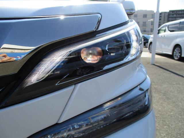 高輝度で点灯速度が速くしかも消費電力の少ないLEDをハイ・ロービームとクリアランスランプに採用さらに先行車・対向車への眩惑防止に配慮し車両姿勢の変化に応じて照射軸を一定に保つオートレベリング機能付です