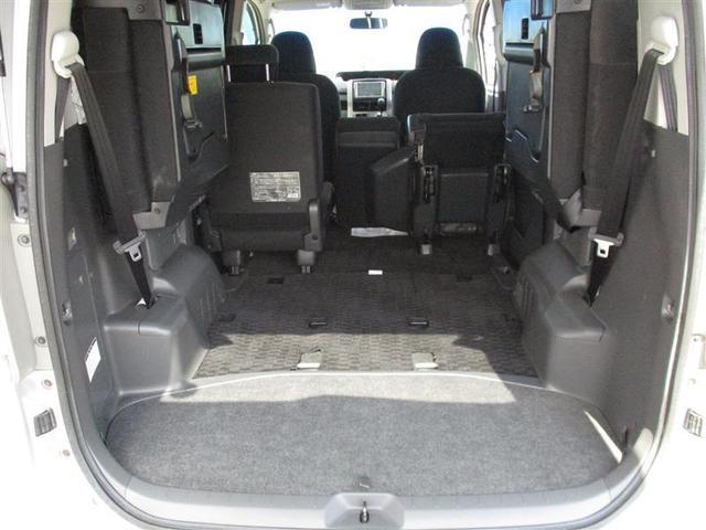 5:5分割サードシートはレバーひとつで簡単に跳ね上げて格納できるスペースアップシート。乗車人数や様々な荷物にフレキシブルに対応します