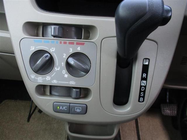マニュアルエアコンと操作しやすい位置にあるCVTシフト