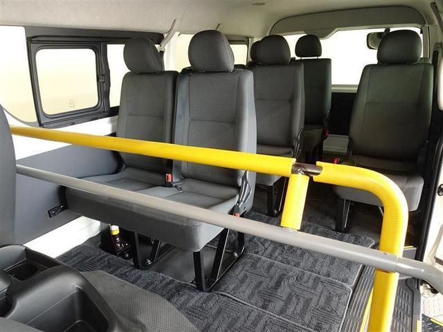 2列目以降の座席の写真です。(その1)黄色いフロントハンドレールを装備してます。