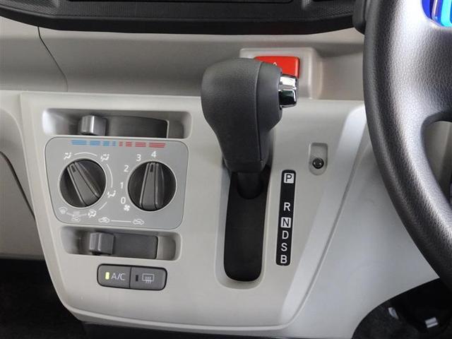 インパネ取付のシフトレバー、足元も広く、ギアの確認も楽です。マニュアルエアコンを装備してます。