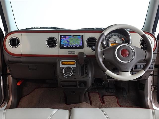 革巻きステアリングで、快適な操作性の運転席です。シートに合わせたツートン仕様です。