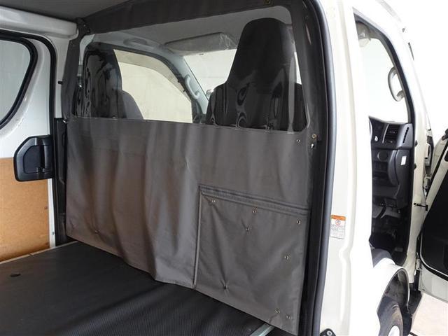 運転席と荷台の間には、エアコン効率をあげる仕切りカーテンを搭載しています。
