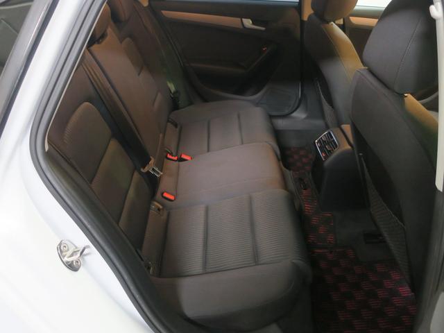 後部座席の空間も広くゆとりの居住性を確保しております。ご家族での使用や長距離ドライブにも適した一台です。
