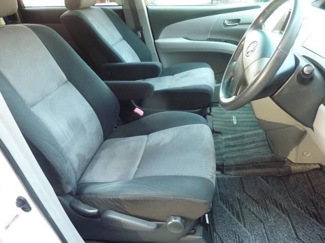 落ち着いた黒ツートン色 運転席シートリフター高さ調整可能です♪快適装備です♪目線を高くできる為、運転しやすくなります♪