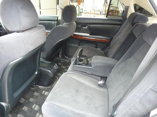 後部座席も肘掛が付いてます