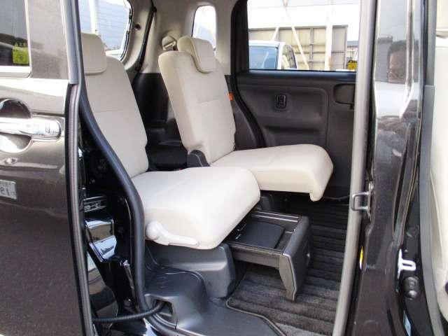 後部座席は左右独立してスライド出来ます さらに座席の下には収納がついてます