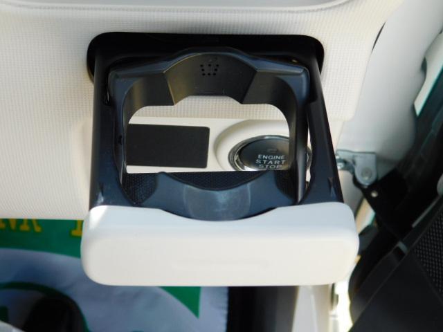 使いたい時にワンプッシュで出てくる便利なドリンクホルダー(運転席)