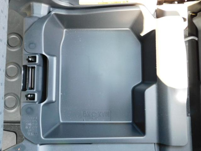助手席シート下の収納スペース