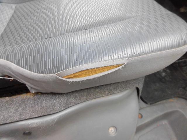 ・運転席シートに破れあります。