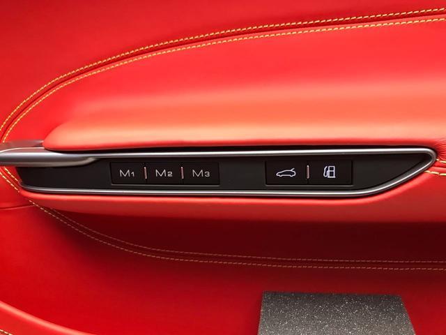 シートポジションメモリー機能は3つまでセット可能。トランクスペースの開閉は車内から操作可能です。