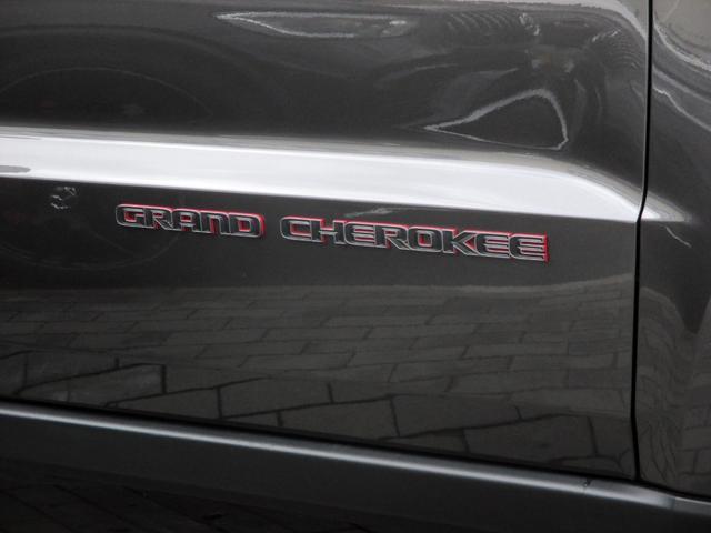 トレイルホーク 152台限定車 74台限定カラー スエードインサートレザーシート シートベンチレーション 専用18インチホイール ブラックボンネットデカール 純正ナビ 地デジTV フロントサイドバックカメラ(13枚目)