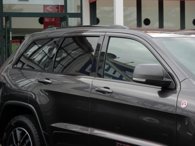 トレイルホーク 152台限定車 74台限定カラー スエードインサートレザーシート シートベンチレーション 専用18インチホイール ブラックボンネットデカール 純正ナビ 地デジTV フロントサイドバックカメラ(18枚目)
