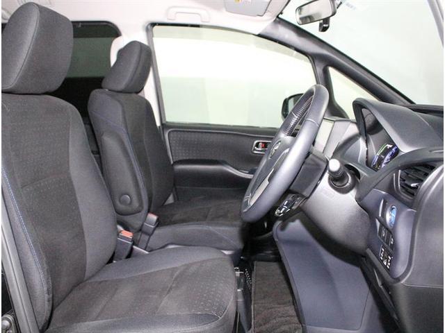 室内が広く感じるのもミニバンの魅力ですね。アイポイントも高く、視界も大きいので運転もしやすいクルマですよ。是非、座ってみて下さい。