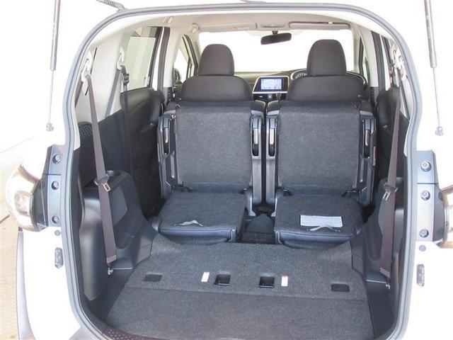 サードシートは畳んでセカンドシート下へダイブイン、荷室が広がります。