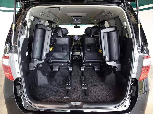 サードシートは跳ね上げ式で、荷室が広がります。
