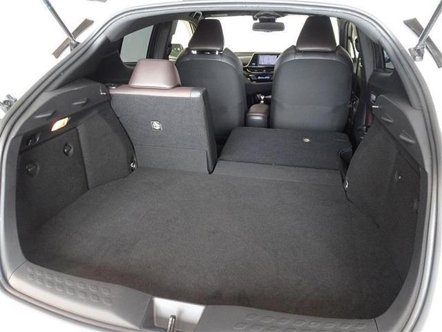 セカンドシートは独立可倒、色々な大きさの荷物が積載可能です。