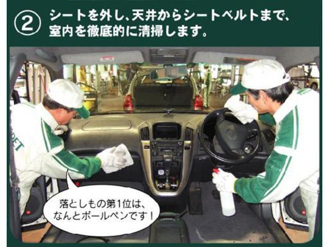 【商品化3】専用ブラシを使い、シートの汚れやホコリをキレイに落とします。