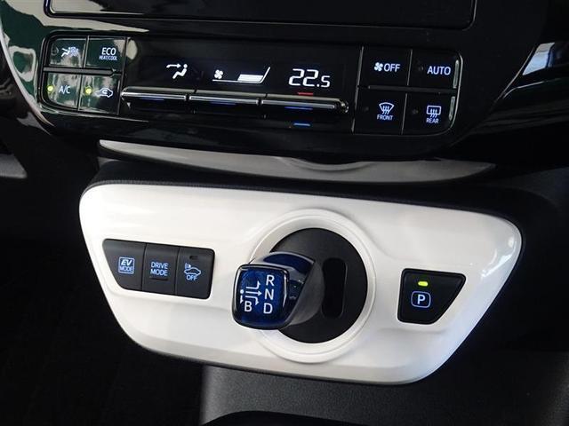 シフトレバーは電気式スイッチを利用して軽い操作でチェンジができます。パーキングはPボタンを押すだけです。