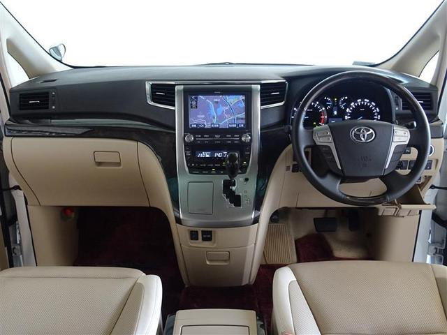 ウッド調と本革巻きのステアリングで、快適な操作性の運転席です。