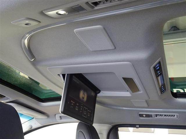 後席モニターを装備、後部座席の人は、渋滞中でも退屈しません。